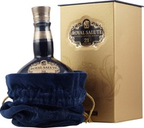 Chivas+Regal+Royal+Salute+21+Jahre+Sapphire+Edition - Chivas Regal Royal Salute Whisky in the Rubin Edition with 700 ml. content and 40 % volume.  The 21 years old Chivas Regal Royal Salute Rubin Edition in a jug. The colour from the bottles are the same...