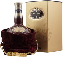 Chivas+Regal+Royal+Salute+21+Jahre+Rubin+Edition - Chivas Regal Royal Salute Rubin Edition with 700 ml. content and 40 % volume.  The 21 years old Chivas Regal Royal Salute Rubin Edition in a jug. The colour from the bottles are the same as from the e...
